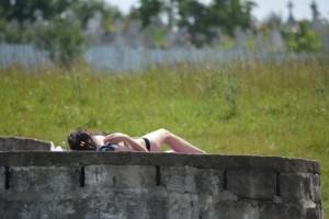 1-cornisa-nu-i-deschisa-sezonul-de-plaja-a-inceput-iar-cu-topless-langa-cimitir-galerie-foto