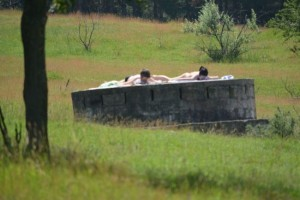 7-cornisa-nu-i-deschisa-sezonul-de-plaja-a-inceput-iar-cu-topless-langa-cimitir-galerie-foto