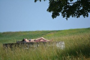 9-cornisa-nu-i-deschisa-sezonul-de-plaja-a-inceput-iar-cu-topless-langa-cimitir-galerie-foto