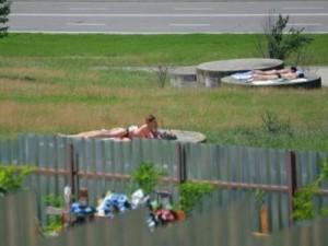 mai-multe-tinere-s-au-bronzat-topless-pe-gurile-de-canalizare-de-langa-cimitir-galerie-foto-144533