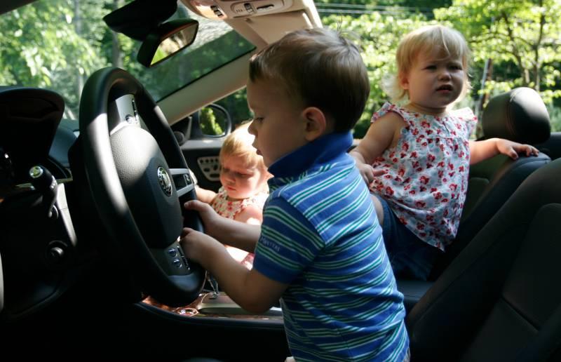 copii care conduc masina